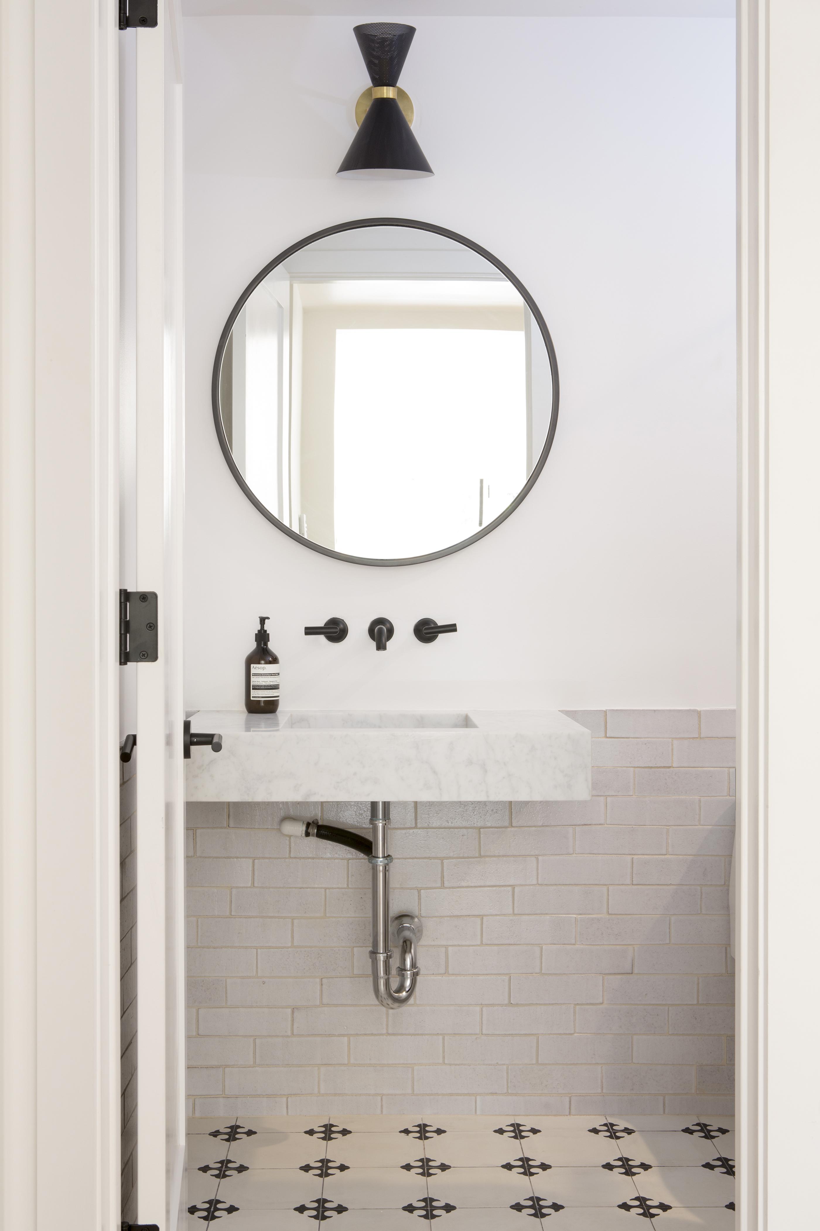 2017_Q4_image_residential_Anja_Michals_photo_vivian_johnson_bathroom_wainscot_wall_brick_cotton.jpg